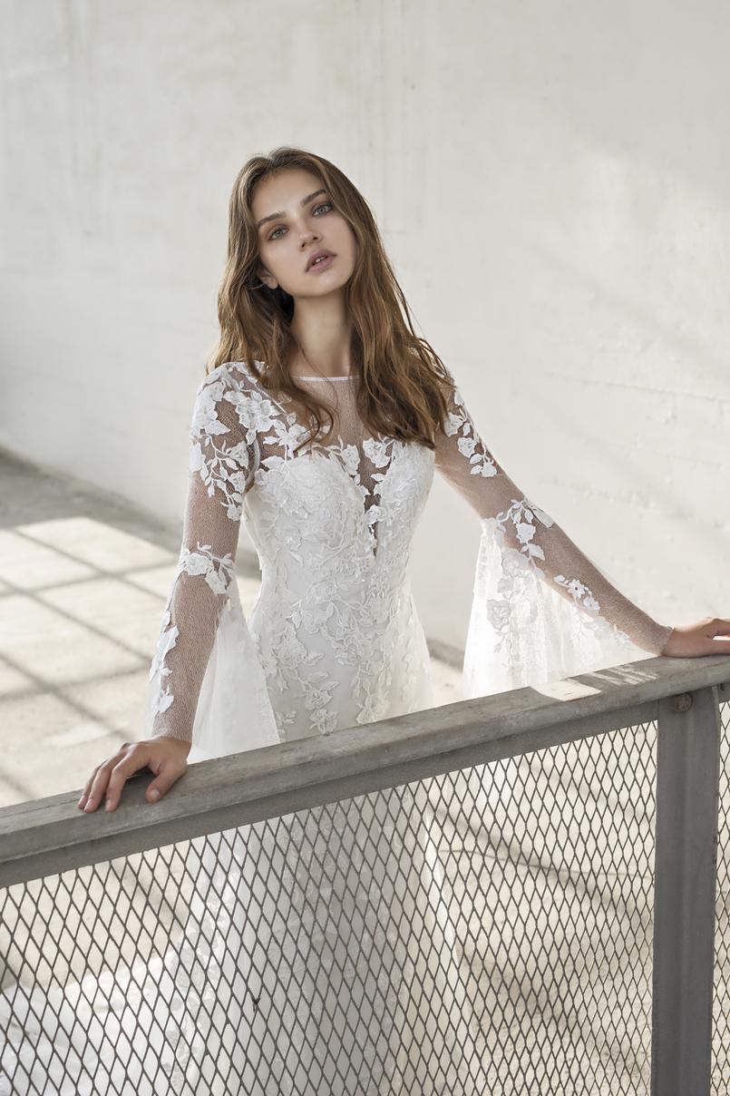 Enya by Modeca Bridal: An idyllic wedding dress with a plunging neckline